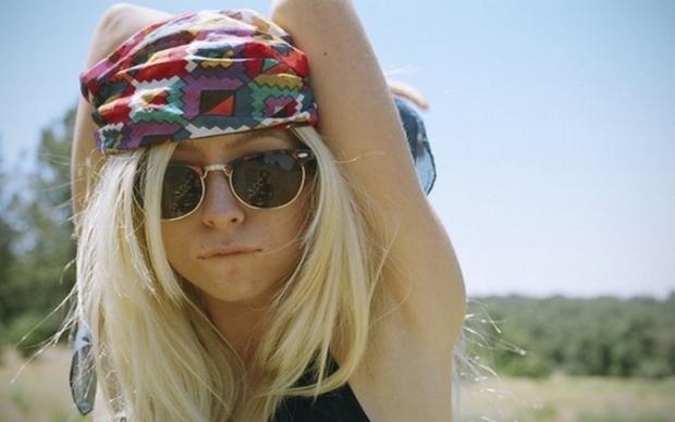 Летнее настроение: 10 стильных причесок с платком