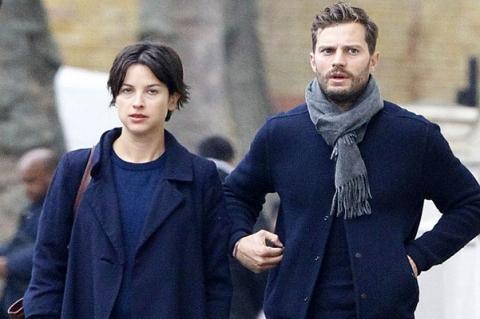 Джейми Дорнан на прогулке с беременной женой