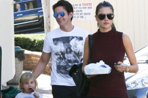 Алессандра Амбросио на прогулке с сыном