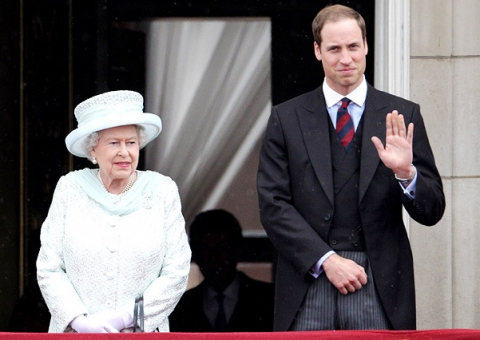 Презент для любимого внука: Елизавета II подарила принцу Уилльяму вертолет