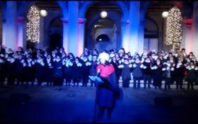 """Украинский """"Щедрик"""" исполнили на красивейшей площади мира: яркое видео"""