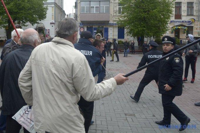 На первомайском митинге в Виннице националисты устроили потасовку: появились фото (7)