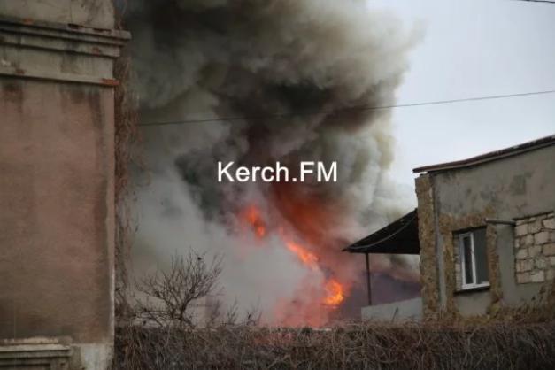 В оккупированной Керчи вспыхнул масштабный пожар - первые фото и видео (1)