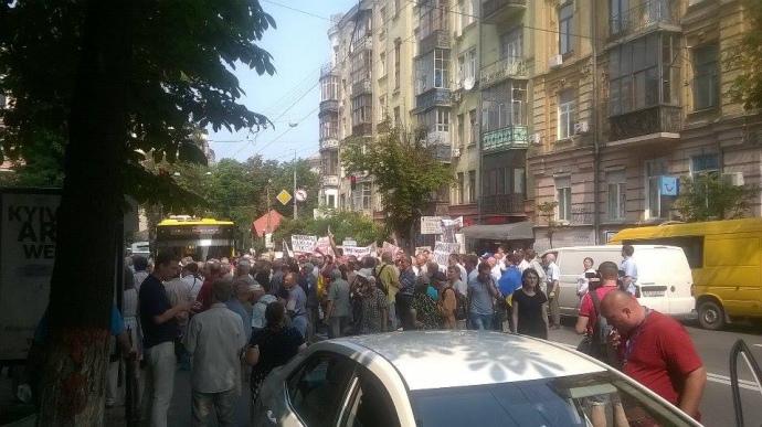 Сотні вкладників провального банку перекрили рух в Києві: з'явилися фото і відео (1)