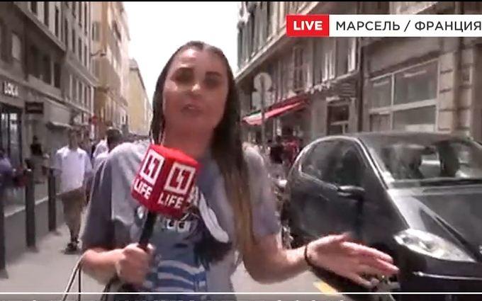 На журналістку росТВ у Франції напали і облили її пивом: з'явилося відео
