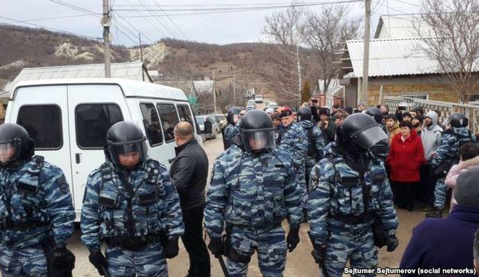 В Крыму продолжаются обыски крымских татар