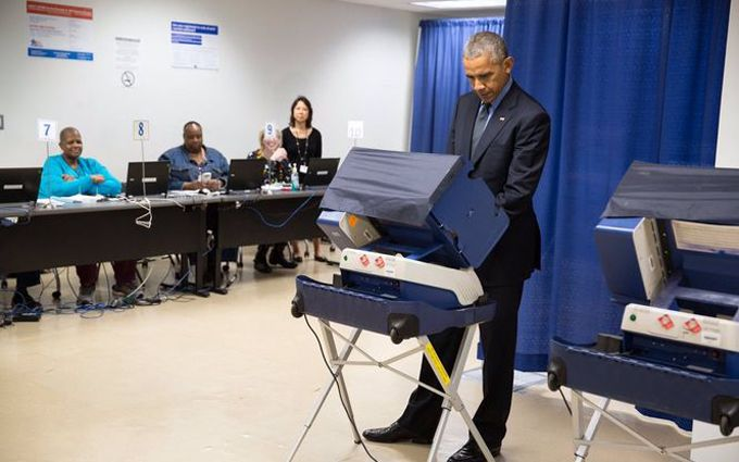 Обама достроково проголосував за свого наступника: з'явилися фото і відео