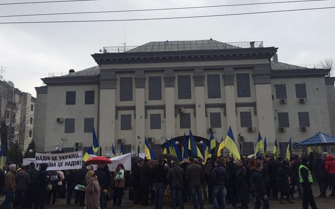 На новый митинг под посольством России пришел