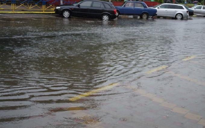 """Киев под водой: опубликованы шокирующие видео затопленной дороги возле """"Левобережной"""""""
