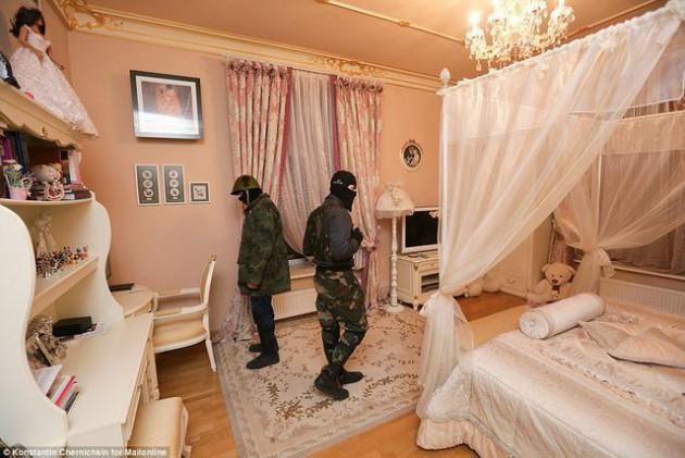 На Западе появились впечатляющие фото разграбленного дворца Пшонки (17)