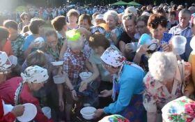 У Росії пенсіонери влаштували тисняву через безкоштовну їжу: опубліковано відео