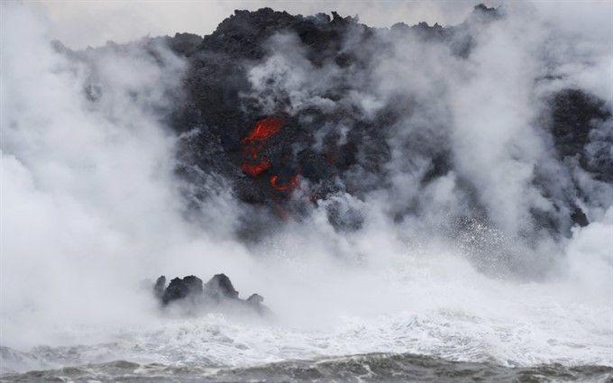 Потоки лавы вулкана на Гавайях достигли океана и образовали токсичное облако: появились шокирующие снимки
