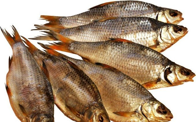 Через смертельне отруєння у Києві тимчасово заборонили продавати в'ялену рибу