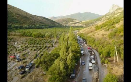 В оккупированном Крыму селевой поток снес с дороги десятки авто: появились фото и видео