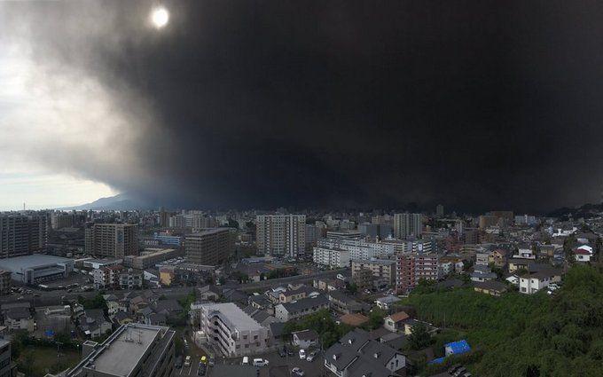 Японию накрыло мощное извержение вулкана Сакурадзима: в сети публикуют жуткие фото и видео