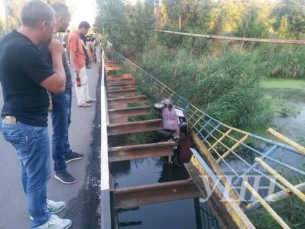 У Маріуполі машина з військовими полетіла в річку: з'явилися фото (1)