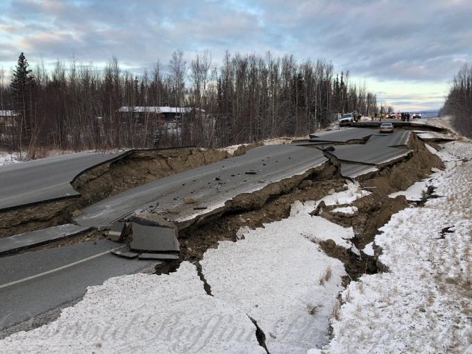 В Аляске произошло мощное землетрясение, введено чрезвычайное положение: ужасающие фото и видео (2)