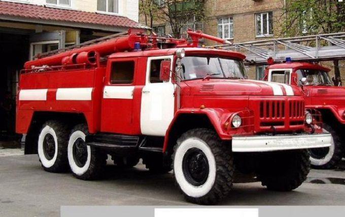 У Києві сильна пожежа, гасити не можуть через припарковані авто: з'явилося фото