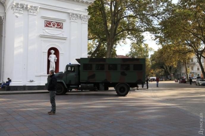Під мерією в Одесі відбулися сутички, постраждав поліцейський: з'явилися фото і відео (1)