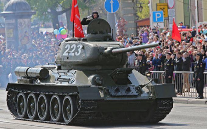 Окупанти у Криму ледь не наїхали танком на глядачів параду - шокуючі деталі