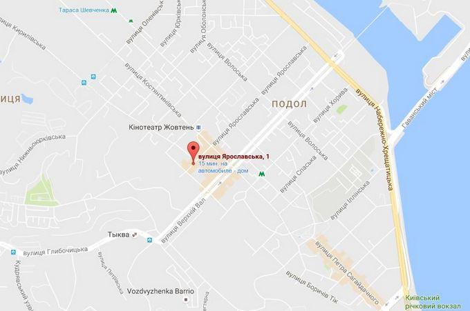 Безглузда прибудова в історичному центрі Києва розбурхала соцмережі: опубліковані фото (1)