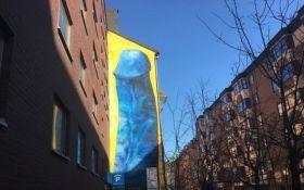 Огромный синий пенис украсил дом в Стокгольме