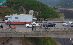 В Китае автобус упал с моста, много жертв и пострадавших: появились фото