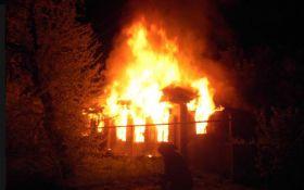 Боевики обстреляли жилые районы Станицы Луганской, один дом сгорел: появились фото