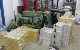 В Венгрию контрабандой вывезли 125 тыс. пачек сигарет и почти тонну янтаря