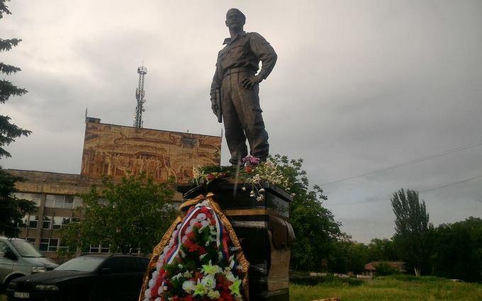 На Донбасі поставили пам'ятник убитому бойовику: опубліковані фото