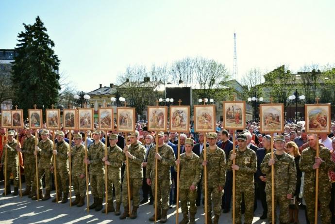 На Прикарпатье прошел масштабный крестный ход за победу и мир: появилось впечатляющее видео (4)