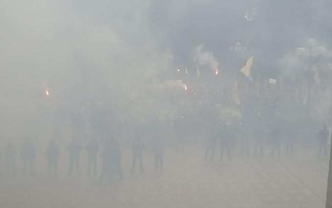 Як Верховну Раду оповило димом: з'явилися ефектні відео