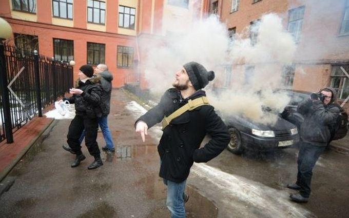 """""""Савченко, сгори в аду"""": появились фото и видео атаки консульства Украины в Санкт-Петербурге"""