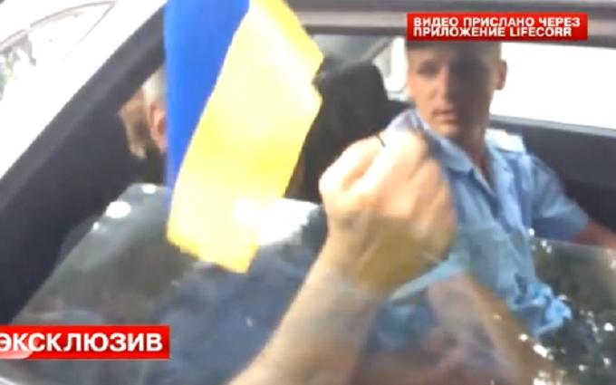 В окупованому Криму чоловіка затримали за український прапор: з'явилося відео