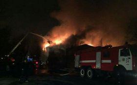 В Киеве произошел масштабный пожар: с огнем боролись десятки пожарных