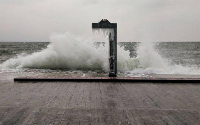 Пляжі Одеси після шторму прикрасили дивовижні бурульки: з'явилися фото і відео