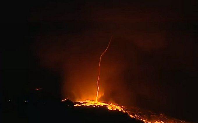 ВПортугалии очевидцам удалось снять пламенный торнадо