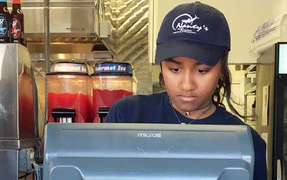 Неповнолітня дочка Обами влаштувалася на роботу: опубліковані фото (1)
