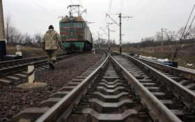 На Донбасі потяг зійшов з рейок: з'явилися фото з місця подій