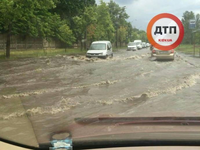 Злива в Києві перетворила вулицю на річку: опубліковано фото (2)