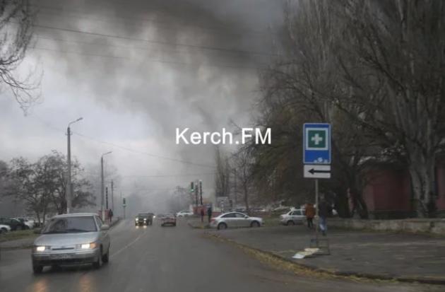 В оккупированной Керчи вспыхнул масштабный пожар - первые фото и видео (2)