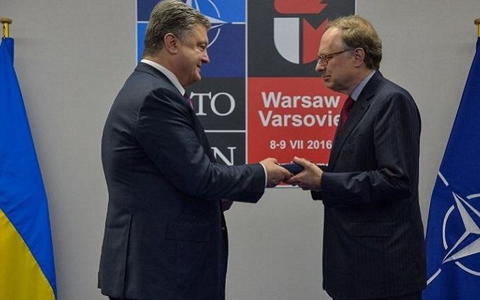 Порошенко вручив орден заступнику генсека НАТО: опубліковано фото