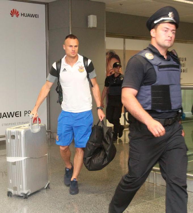 Как играли - так встречали: сборная Украины вернулась домой после позора на Евро-2016 (1)