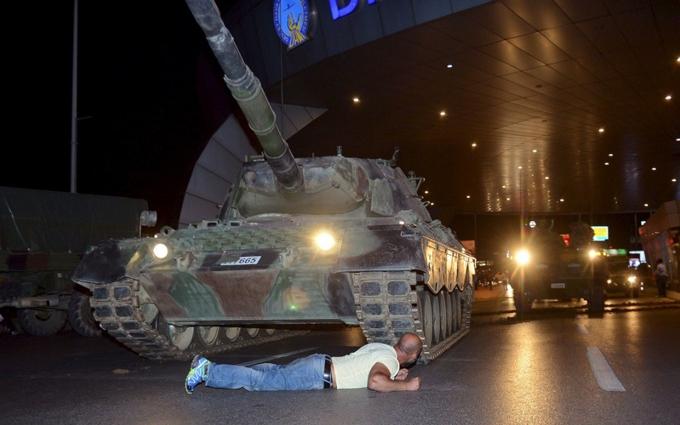 Провальний переворот у Туреччині: мережу шокувало відео із танком і протестуючими