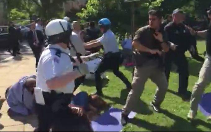 Эрдоган наблюдал затем, как его охранники избивали протестующих вВашингтоне