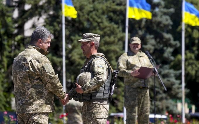Порошенко раздал награды военным: среди отличившихся глава Генштаба