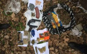 Сотни патронов, гранаты и пистолеты: полиция нашла схрон оружия под Киевом