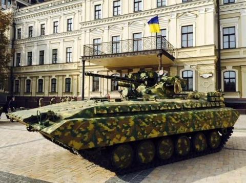 На Михайлівській площі у Києві відкрилась виставка сучасних озброєнь (12 фото) (5)