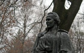 В Киеве вандалы обокрали могилу Леси Украинки