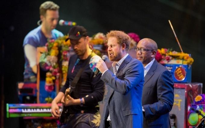 Принц Гаррі заспівав із британською групою, яка зняла кліп в Україні: опубліковані фото і відео